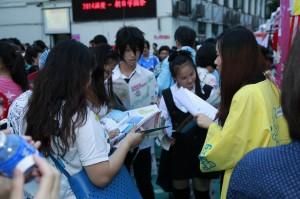 クイズ大会に参加した若者たち