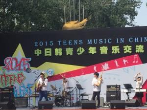 日本バンド「TO-YA」のパフォーマンス