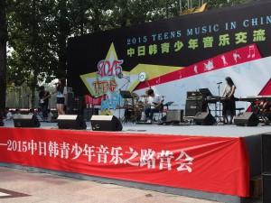 韓国バンド「HESED」のパフォーマンス