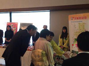 茨城県ブースを見学される横井大使